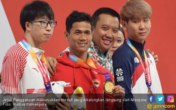 Pengalungan Medali Emas oleh Menpora, Jendi Terharu - JPNN.COM