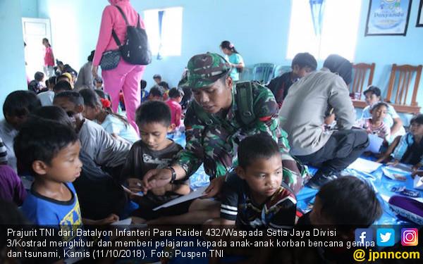 Prajurit TNI Bantu Memulihkan Trauma Bagi Anak Korban Gempa - JPNN.COM