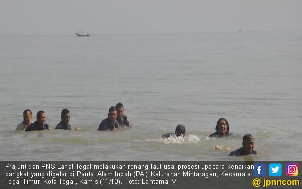 Prajurit Lanal Tegal Menjalani Renang Laut Usai Naik Pangkat - JPNN.COM