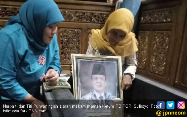 Bu Titi Ziarah ke Makam Bapaknya Honorer K2, Mengharukan... - JPNN.COM