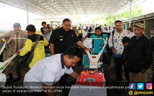 Bupati Sukabumi Bagikan 25 Traktor demi Genjot Produksi - JPNN.COM
