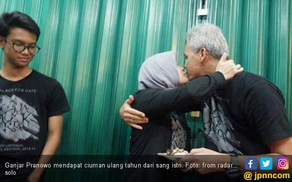 Ciuman Mesra Mbak Atik Buat Ganjar Pranowo - JPNN.COM