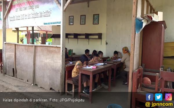 Kelas Dekat Kandang Sapi, Siswa Terpaksa Belajar di Parkiran - JPNN.COM