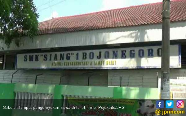 Viral, Pelajar SMK Dikeroyok Kakak Kelas di Toilet Sekolah - JPNN.COM