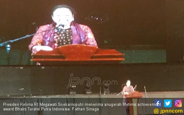 Megawati Terima Penghargaan dari Purna Paskibraka Indonesia - JPNN.COM