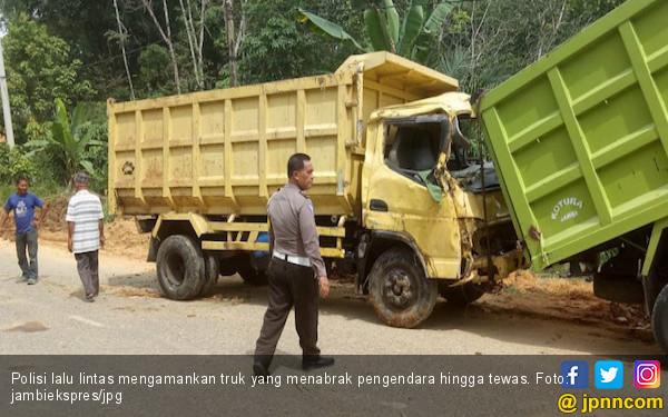 Dua Pengendara Tewas Ditabrak Truk Bermuatan Batubara - JPNN.COM