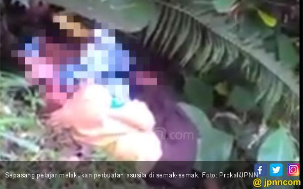 Video Panas Pelajar: 1 Pria Gituin Siswi, Lainnya Merekam - JPNN.COM