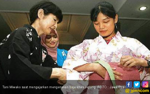 Ketika Istri Konjen Ajarkan Pakai Yukata - JPNN.COM