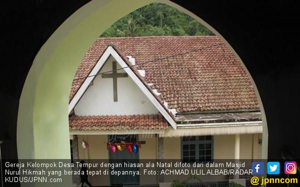 Di Desa Tempur, Masjid dan Gereja Berhadapan, Jarak 5 Meter - JPNN.COM