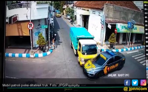 Mobil Patroli Polisi Ditabrak Truk Sampai Penyok - JPNN.COM