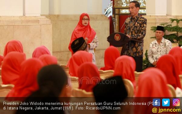 Suara Bergetar, Bu Guru Honorer Curhat ke Presiden Jokowi - JPNN.COM