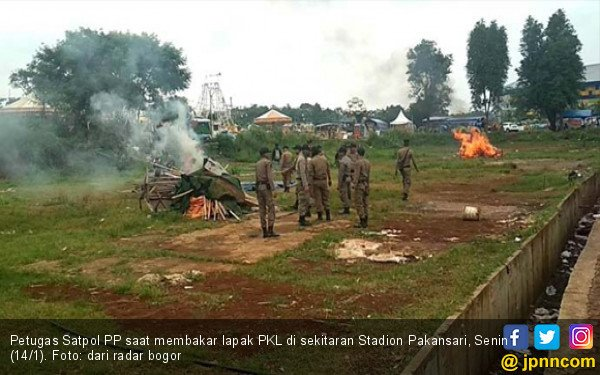 Satpol PP Bakar Lapak PKL di Kawasan Stadion Pakansari - JPNN.COM