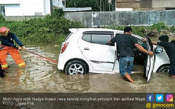 Terlalu Percaya Maps, Mobil Nadya Masuk Rawa - JPNN.com