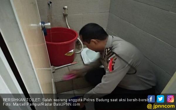 Viral!! Anggota Polisi di Bali Ini Disuruh Bersihkan Toilet - JPNN.COM