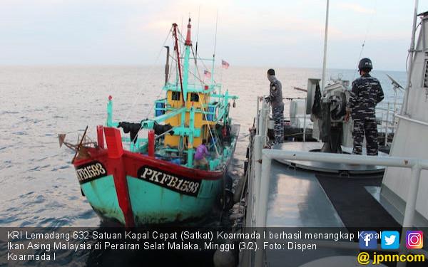 Satkat TNI AL Kejar, Tangkap dan Geledah Kapal Ikan Asal Malaysia, Hasilnya? - JPNN.COM