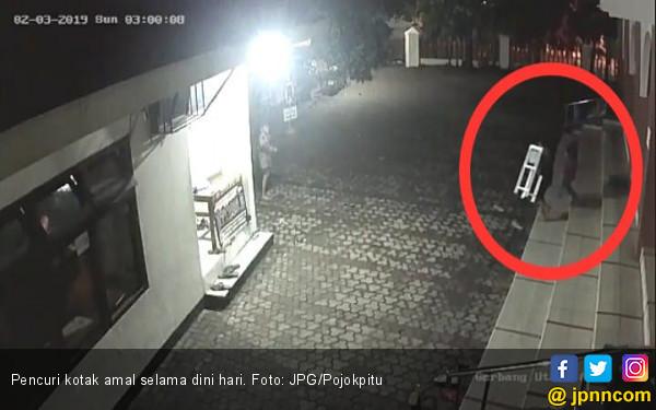 Tiga Bocah Terekam CCTV Sedang Curi Kotak Amal - JPNN.COM