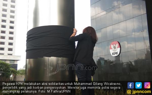 Pilar Gedung KPK Diselimuti Kain Hitam - JPNN.COM