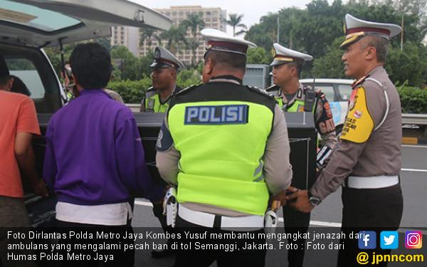 Ambulans Pecah Ban, Jenazah Diangkut Mobil Ditlantas Polda Metro Jaya - JPNN.COM