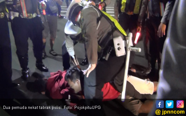 Takut Ditilang, Dua Pemuda Alay Tabrak Polisi - JPNN.COM