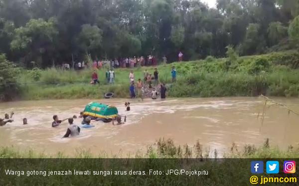 Tak Ada Jembatan, Pelayat Berenang Gotong Jenazah di Kali Lamong - JPNN.COM