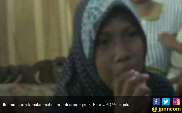 Viral : Ibu Muda Ini Doyan Makan Sabun Mandi Batangan - JPNN.com