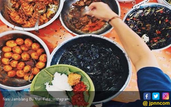 Menikmati Sajian Nasi Jamblang Ibu Nur Dibungkus Daun Jati - JPNN.COM