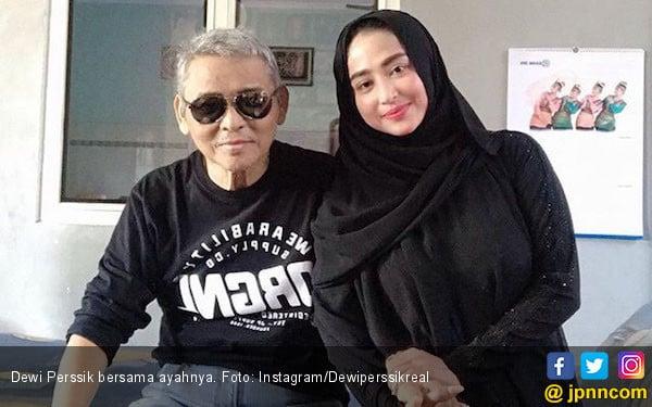 Ayah Dewi Perssik Dirawat di Rumah Sakit - JPNN.com