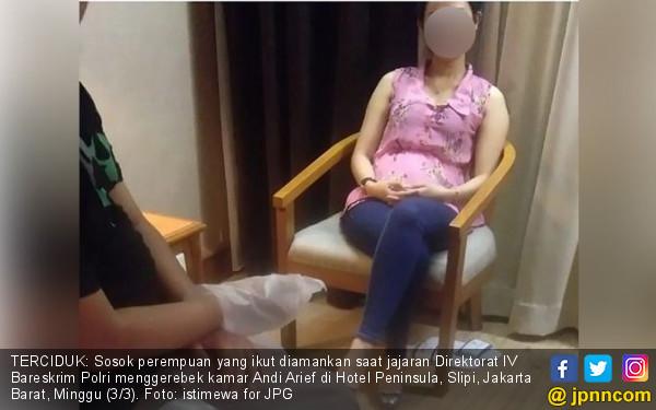 Penjelasan Polisi soal Cewek Berbaju Pink di Kamar Andi Arief - JPNN.com