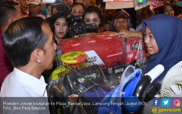 Jokowi Beli Mobil Tangki Warna Merah, Iriana Cuma Beli Sepatu Sandal