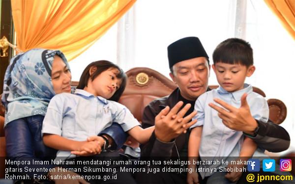 Kunker ke Maluku Utara, Menpora Ziarah ke Makam Almarhum Gitaris Seventeen Herman Sikumbang - JPNN.COM