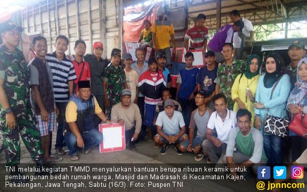TNI Salurkan Ribuan Keramik Untuk Warga Pekalongan - JPNN.COM