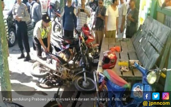 Sebelum Dipukuli Pendukung Prabowo, Yuli Dipaksa Buka Kaus Bergambar Jokowi - JPNN.com