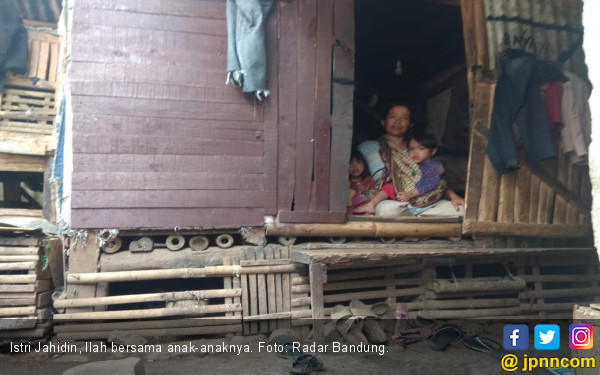 Miris, Jahidin Tinggal di Kandang Kambing Bersama Istri dan Lima Anaknya - JPNN.com