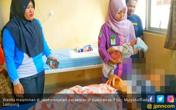 Tengah Malam, Seorang Ibu Melahirkan di Pinggir Jalan Pekon Sumberagung - JPNN.com
