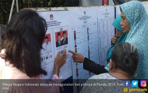 Di Pintu TPS Emak-Emak Berdebat, Pilih Si Ganteng atau yang Pulang Umrah? - JPNN.com