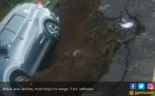 Jalan Amblas, Dua Mobil - Satu Motor Terjun ke Sungai - JPNN.com