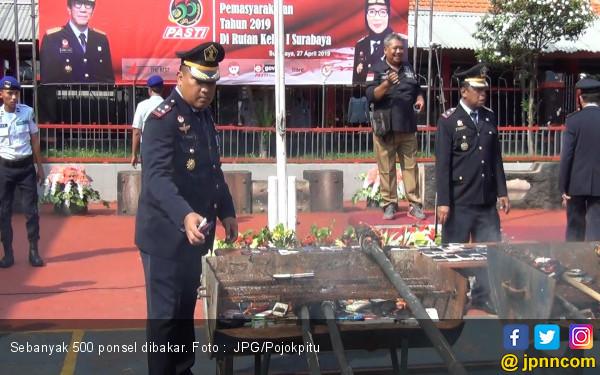 500 Ponsel Dibakar, Banyak yang Gigit Jari - JPNN.com