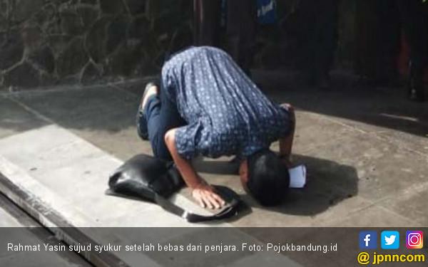 Bebas dari Penjara, Rahmat Yasin Sujud Syukur - JPNN.com