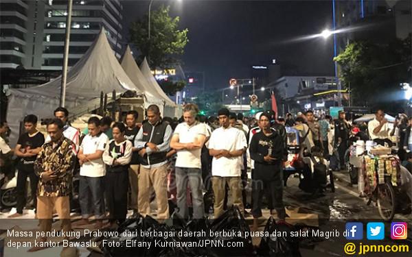 Ratusan Pendukung Prabowo Buka Puasa dengan Nasi Kebuli dan Salat Magrib di Bawaslu - JPNN.com