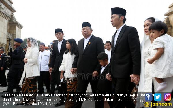 Gandeng Almira dan Airlangga, SBY Antar Bu Ani ke Tempat Peristirahatan Terakhir - JPNN.com