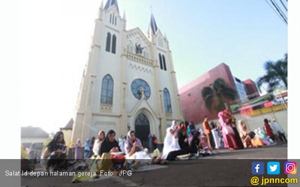 Indahnya Toleransi, Dua Gereja Sediakan Lahan buat Salat Id - JPNN.com