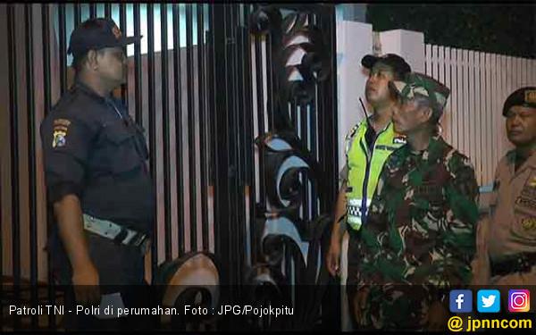 Jaga Keamanan Libur Lebaran, TNI - Polri Patroli di Kawasan Perumahan Mewah - JPNN.com
