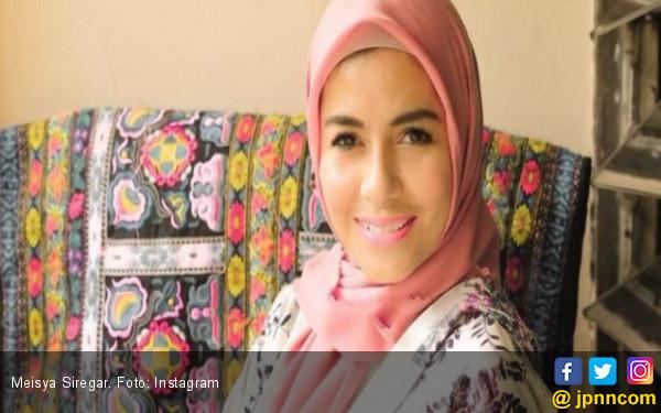 Meisya Siregar Resmi Berhijab Sejak 10 Hari Terakhir Ramadan - JPNN.com