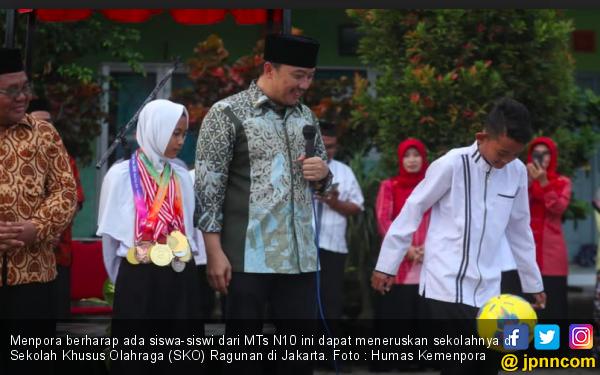Menpora Bangga Banget Lihat Prestasi Dewi - JPNN.com