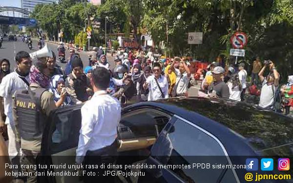 Protes PPDB Sistem Zonasi, Puluhan Orang Tua Murid Ngamuk Minta Mendikbud Mundur - JPNN.com