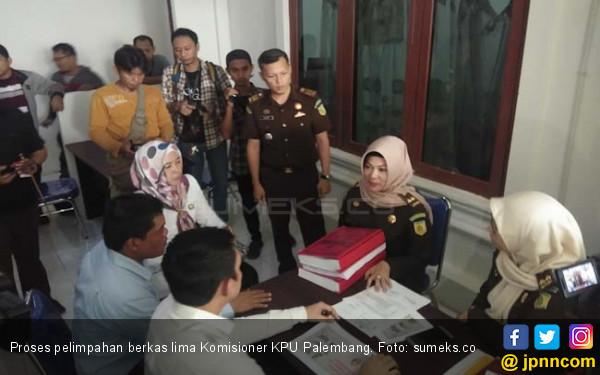 Berkas 5 Komisioner KPU Palembang Dilimpahkan ke Kejari - JPNN.com