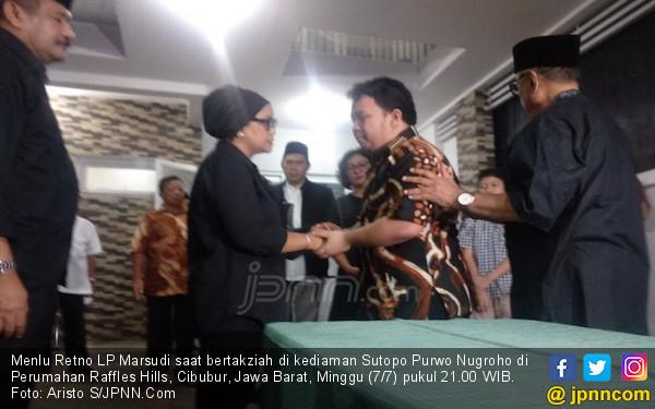 Menteri Retno Bertakziah ke Kediaman Sutopo - JPNN.com