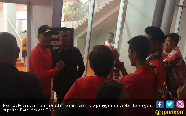 Suporter Berebut Foto dengan Caketum PSSI Komjen Iriawan - JPNN.com
