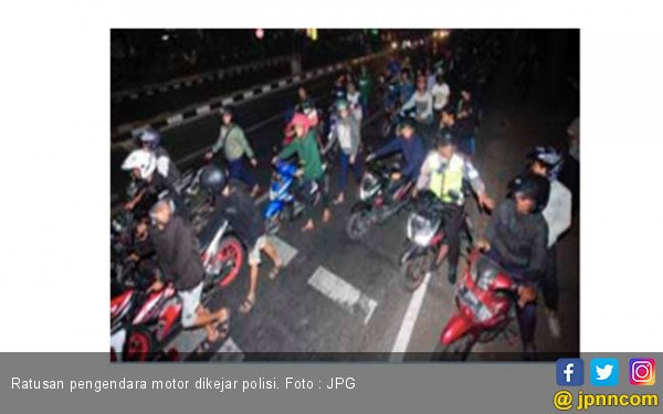 Dikejar Polisi, Ratusan Pengendara Motor Saling Bertabrakan di Jalan - JPNN.com