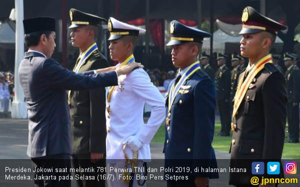 8 Pesawat Tempur F-16 Melintas saat Jokowi Lantik 781 Perwira TNI dan Polri - JPNN.com
